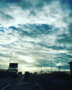 都会の朝の秋空